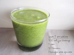 Groene smoothie met spinazie, banaan en peer