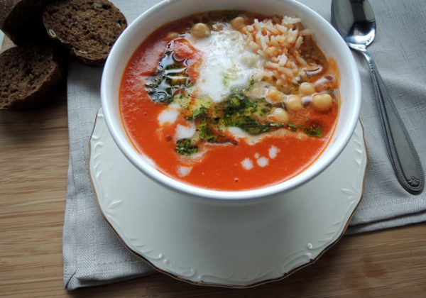 Tomatensoep met kikkererwten, rijst en kokosmelk (Vegan)