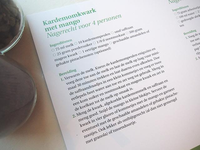 Eén van de drie receptkaarten met twee recepten: kardemomkwark met mango en kokosrijstepap met rozenwater.