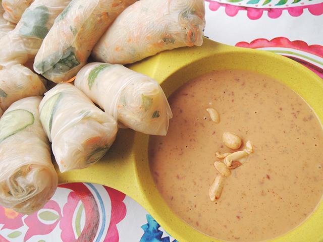 spring rolls met pindasaus