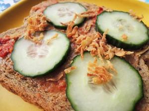 brood met pindakaas komkommer en sambal