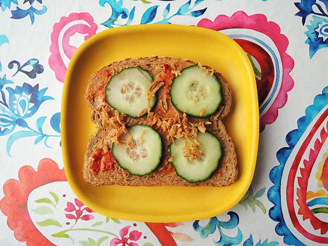 broodje pindakaas komkommer sambal