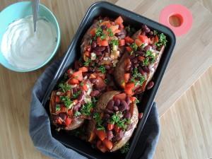 Recept: Gevulde zoete aardappel met kidneybonen, paprika en crème fraîche