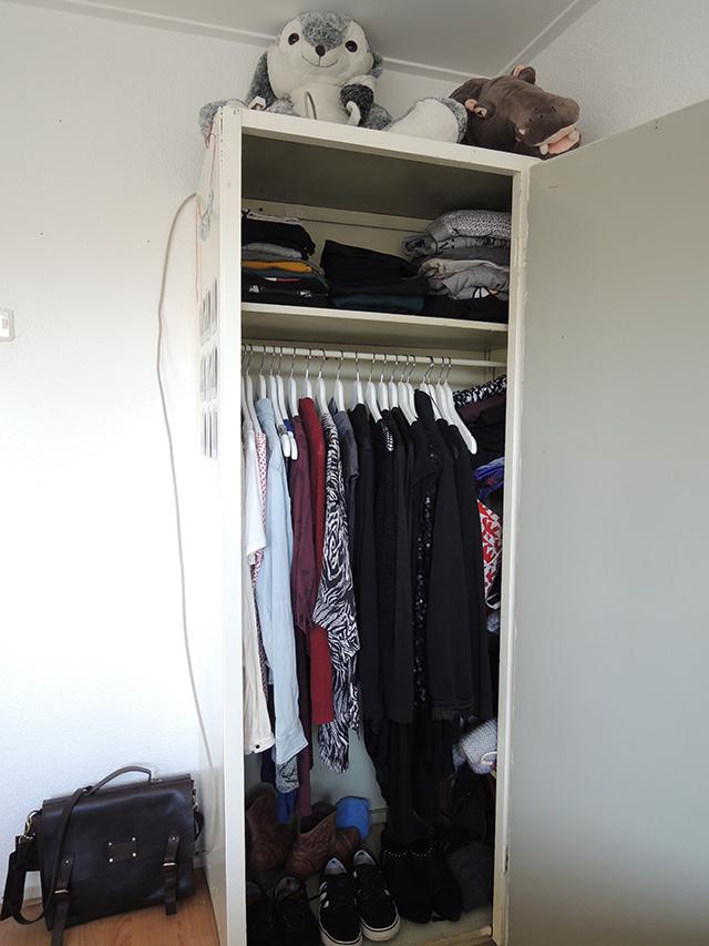 Dit is mijn kast met alle kleding die ik heb. En daar links zie je mijn lievelingstas.