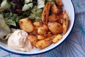 Gekruide aardappelpartjes en popped beans