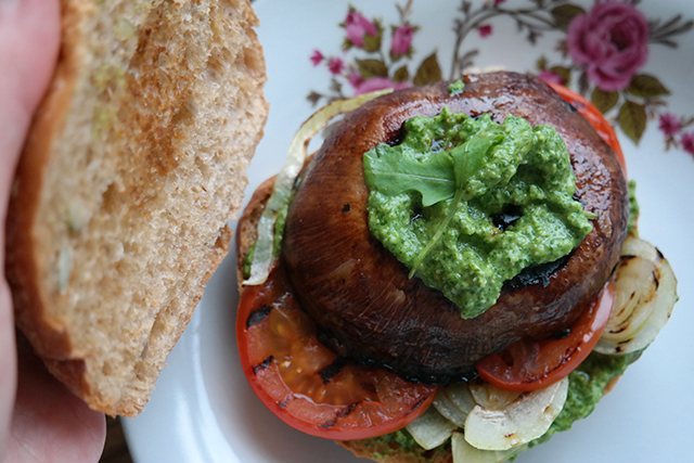 Portobelloburger met rucolapesto