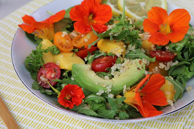 zondag salade met bloemen