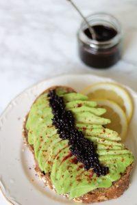 Avocado toast met vegan kaviaar